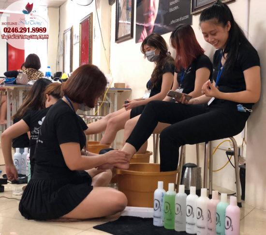Lớp học massage chân và hướng dẫn chà gót chân